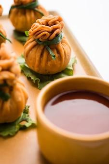 Crispy potli samosa of veg money bags zijn heerlijke indiase snacks van gekruide aloo en mix groenten of vlees, kheema gevuld in schilferend deeg. het is een geweldig creatief voorgerecht of aperitief