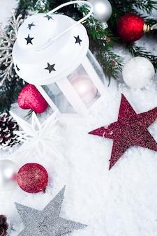Cristmaslantaarn met decoratie en sneeuw