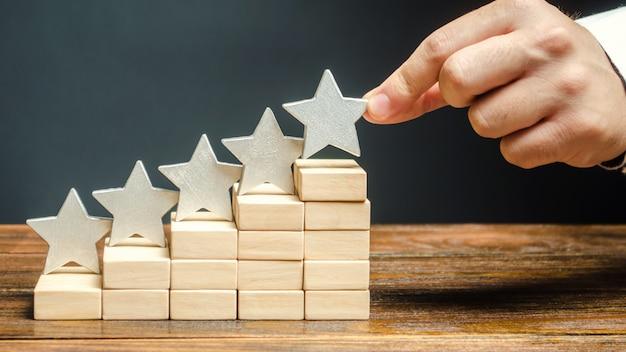 Critic plaatst de vijfde ster. het concept van de beoordeling van hotels en restaurants.