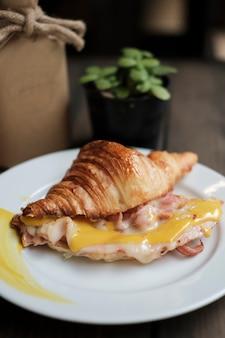 Croissant bacon met mosterd