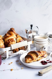 Croissant en koffie eten fotografie