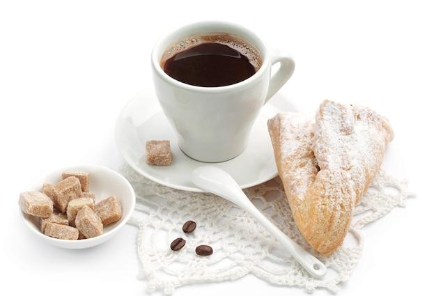 Croissant en kopje koffie op witte achtergrond