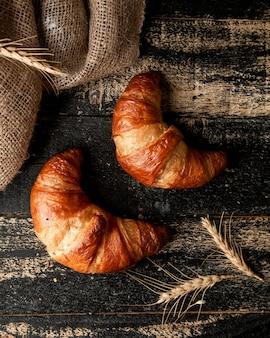 Croissant en tarwe op tafel