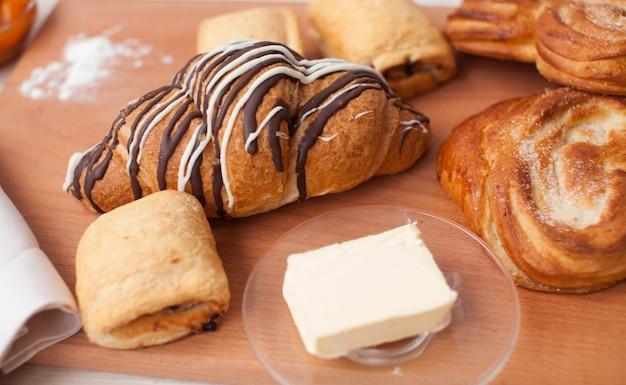 Croissant en verscheidenheid aan bakkerijproducten in een bakkerij. verse bakkerijproducten