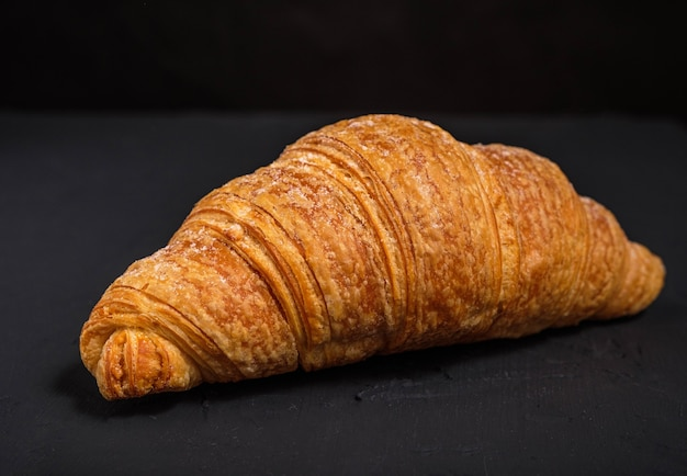Croissant geïsoleerd op een donkere achtergrond