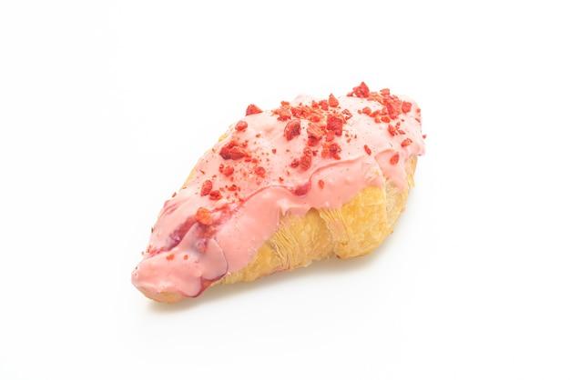 Croissant met aardbeichocoladesaus die op witte achtergrond wordt geïsoleerd