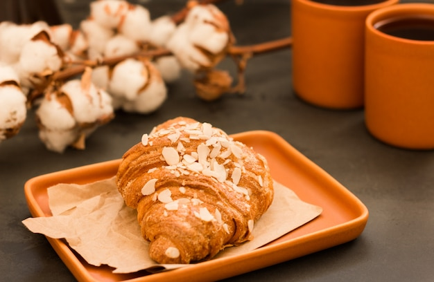 Croissant met amandelen en crèmevulling.