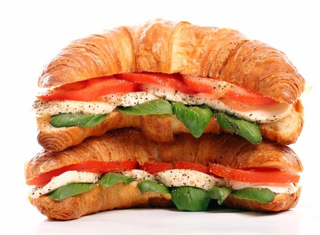 Croissant met basilicum, tomaat en mozzarella