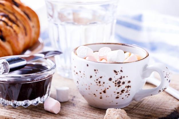 Croissant met chocolade-espresso met marshmallow-glas