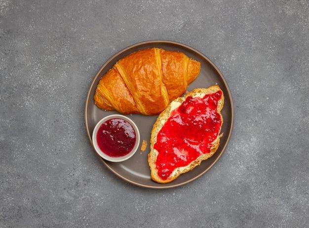 Croissant met cranberryjam en boter