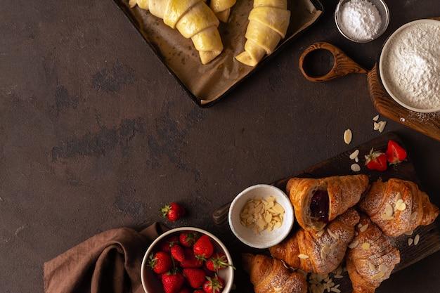 Croissant met jamaardbei op een steen hoogste mening