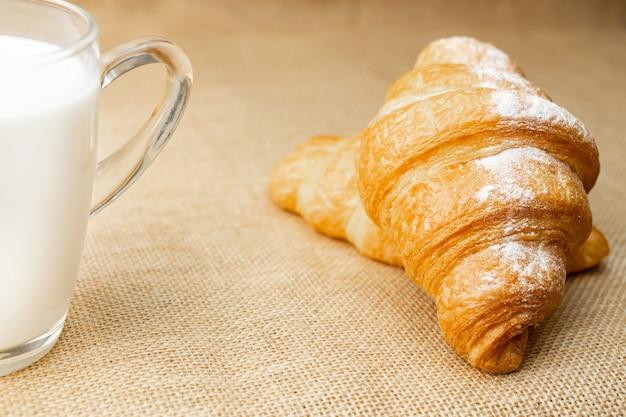 Croissant met melk is voedsel voor het ontbijt