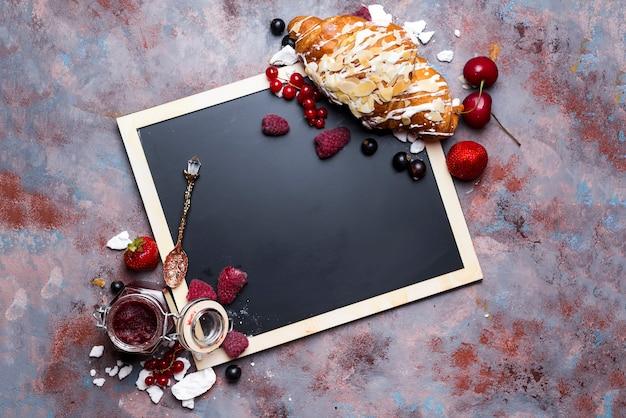 Croissant met meringue op schoolbord
