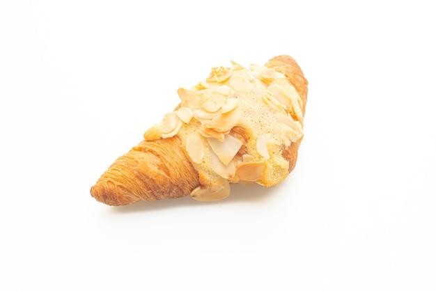 Croissant met room en amandelen die op witte achtergrond worden geïsoleerd