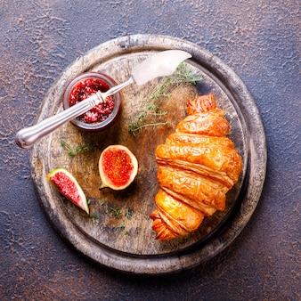 Croissant met vijgen jam en tijm. ontbijt