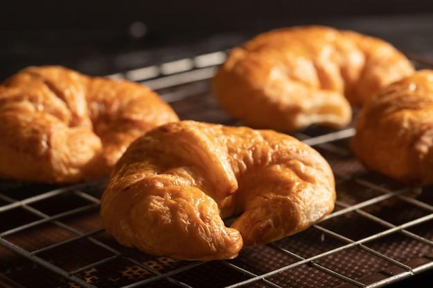 Croissant op het rooster in de oven