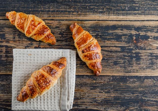 Croissant plat lag op houten en keuken handdoek