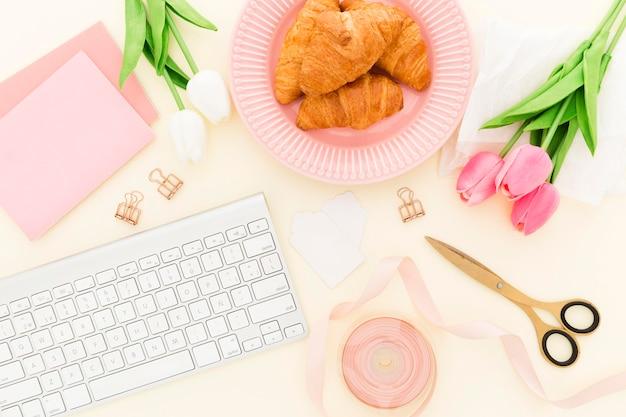 Croissant voor ontbijt op kantoor