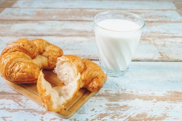 Croissantbrood op een houten lijst