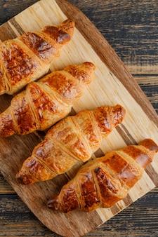 Croissantclose-up op houten en scherpe raad