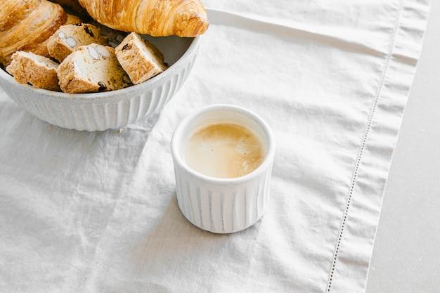 Croissants, biscottis en koffie