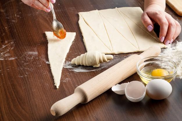 Croissants die op houten lijst met bloem maken