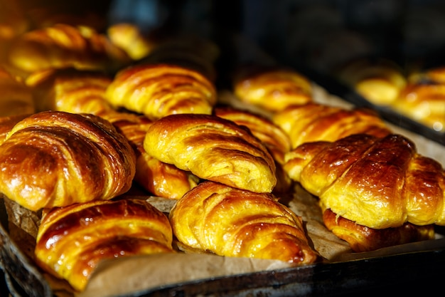 Croissants eenvoudig in bakkerij voor ontbijt, te koop