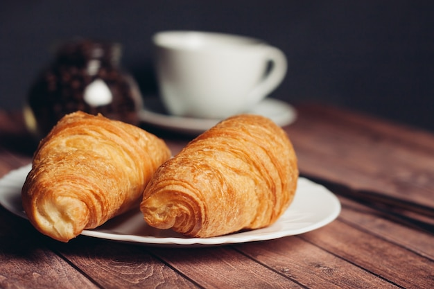 Croissants en een kopje koffie op een tafel
