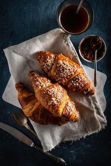 Croissants en espresso. ontbijt. frans ontbijt uitzicht van boven