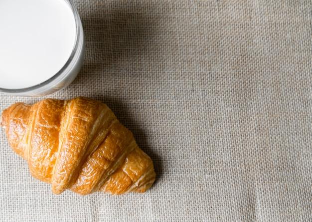 Croissants en melk op tafel. voedsel voor ontbijtconcept