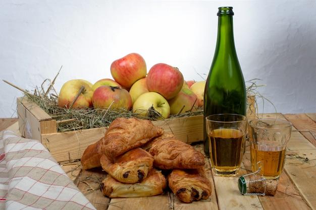 Croissants en pains chocolat met een doos appels
