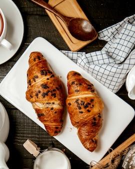 Croissants gegarneerd met chocoladeschilfers