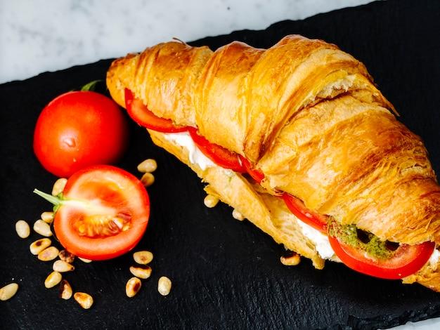 Croissants gevuld met tomaat en witte kaas
