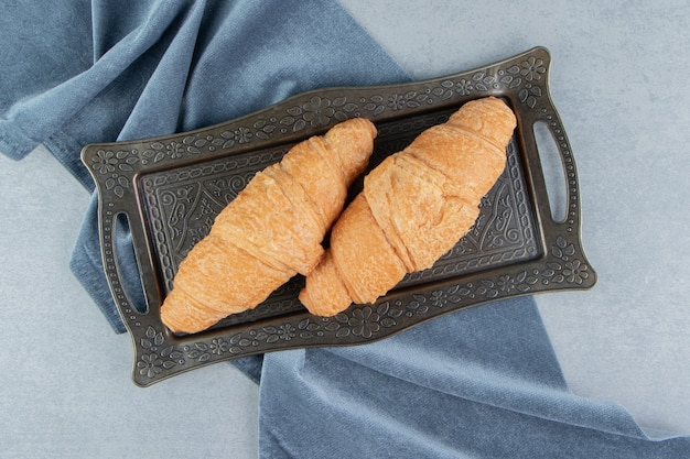 Croissants in bakjes op handdoek, op de marmeren achtergrond. hoge kwaliteit foto