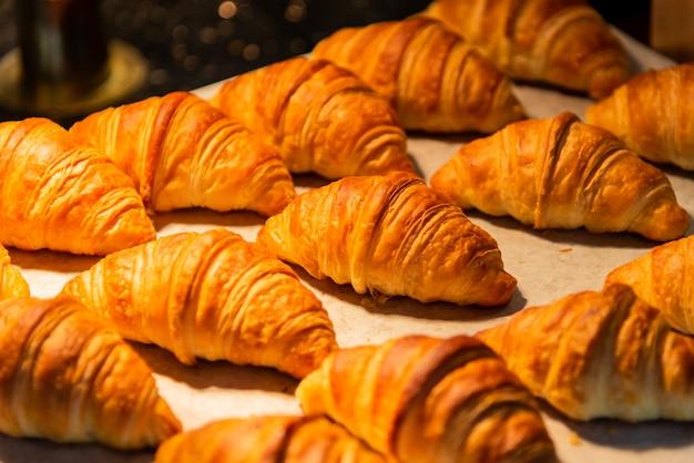 Croissants in een bakkerijwinkel