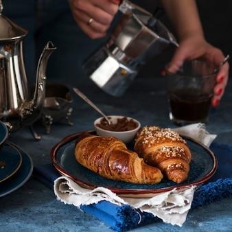 Croissants in een bord. versgebakken croissants. ochtend