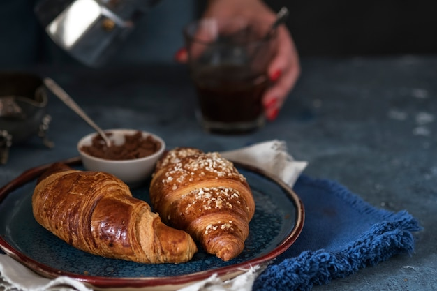 Croissants in een bord. versgebakken croissants.
