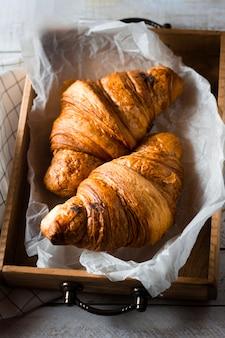 Croissants in houten kist