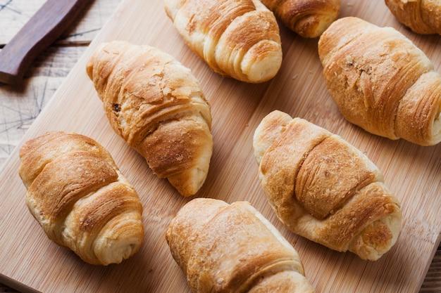 Croissants met chocolade het vullen op houten achtergrond. kopieer ruimte.