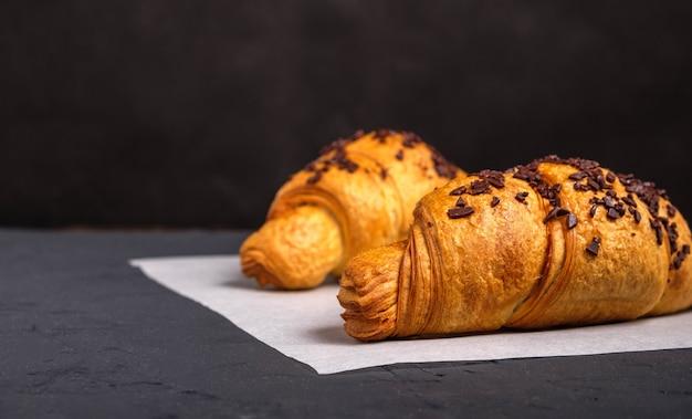 Croissants met chocolade op een donkere achtergrond Premium Foto