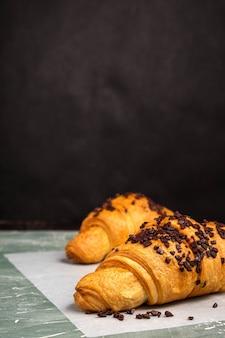 Croissants met chocolade op een groene achtergrond