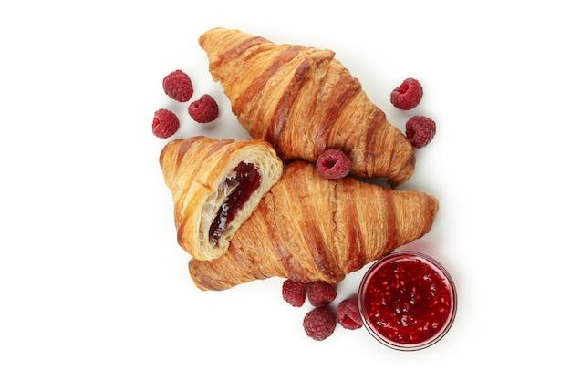 Croissants met frambozenjam geïsoleerd op witte achtergrond