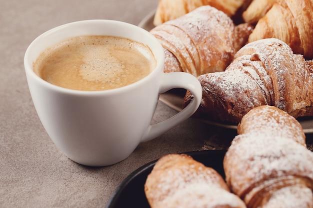 Croissants met koffiekopje