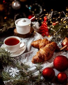 Croissants met kopje zwarte thee