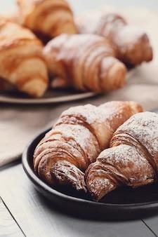 Croissants met poedersuiker