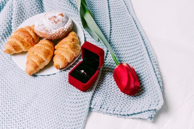 Croissants met trouwring op sjaal