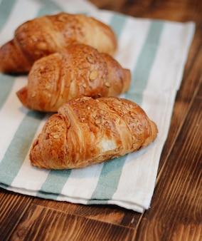 Croissants op een houten ondergrond
