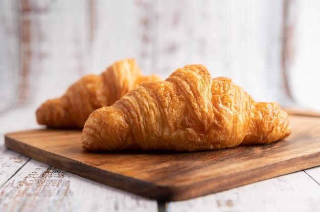 Croissants op een houten snijplank.