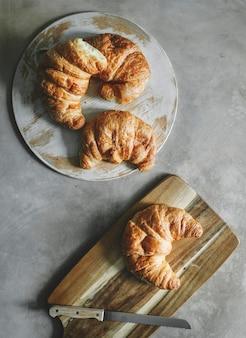 Croissants op een ontbijtlijst