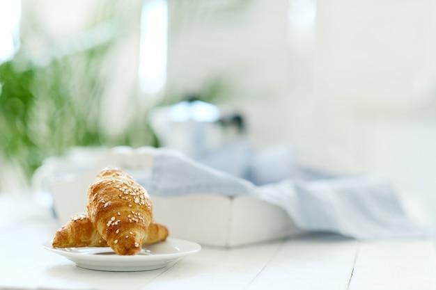 Croissants op een tafel